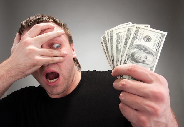 お金で驚いた男 Premium写真