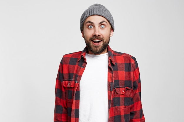 Удивленный мужчина с открытым ртом. бородатый мужчина удивлен прозрением и внезапным вдохновением Бесплатные Фотографии
