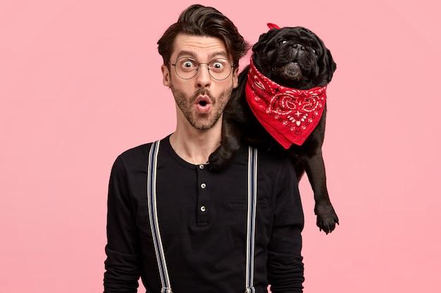 Ragazzo elegante sorpreso in compagnia del cane Foto Gratuite