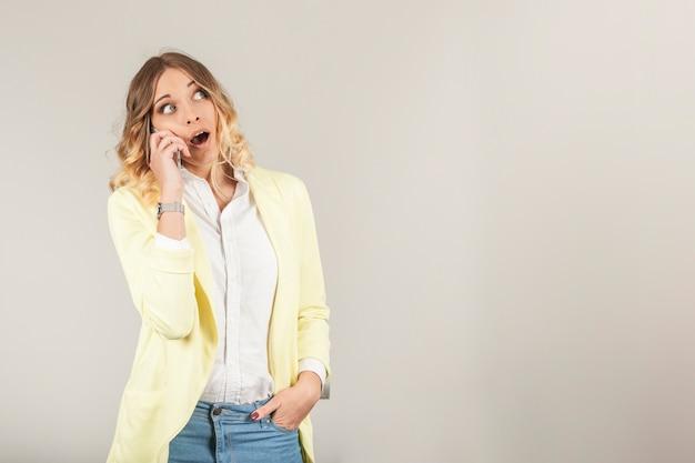電話で話している驚いた女性 無料写真