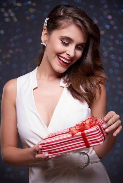 赤いプレゼントでびっくりした女性 無料写真