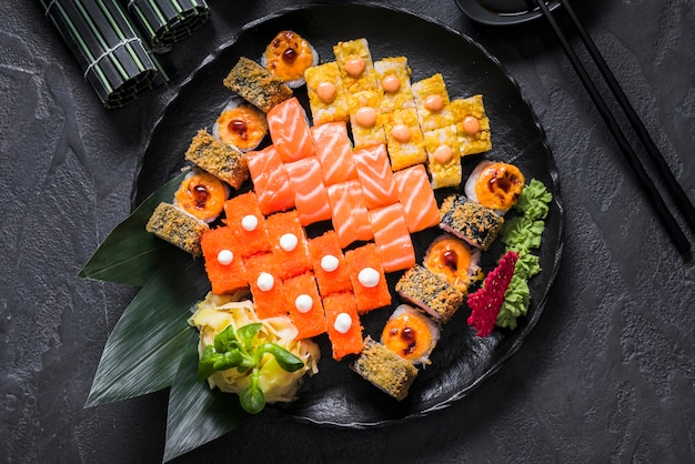 Суши блюдо в азиатском ресторане Premium Фотографии