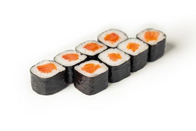 白い皿に寿司マキ。 Premium写真