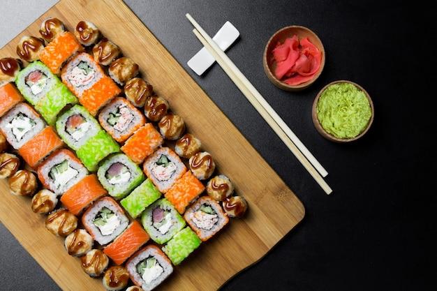 寿司フィラデルフィアロールがボード上で転がる Premium写真