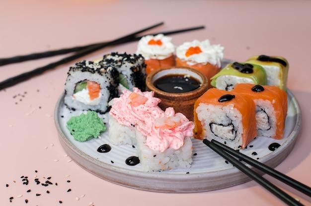 エビ、サーモン、クリームチーズ、アボカドを添えた巻き寿司。寿司メニュー。日本食 Premium写真