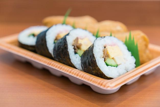 Sushi roll with fried tofu Premium Photo