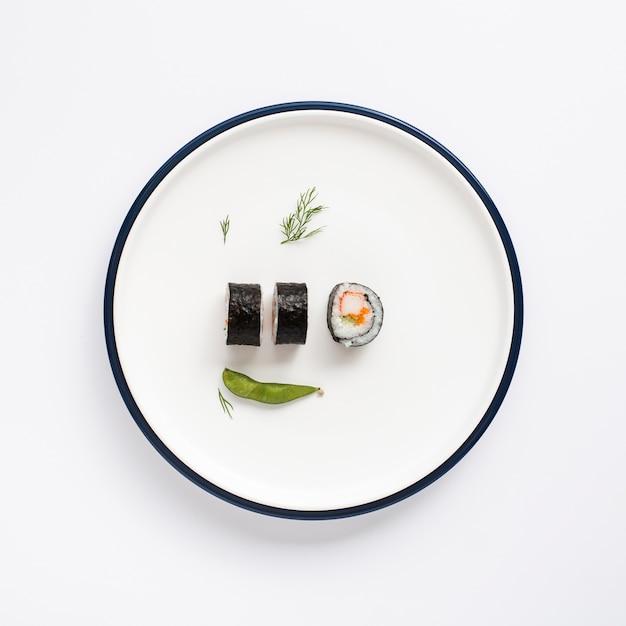 Суши роллы на белой тарелке Бесплатные Фотографии