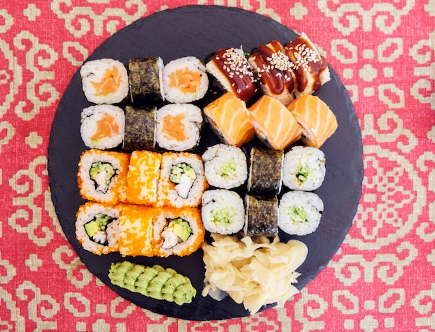 Sushi rolls on a round plate Premium Photo