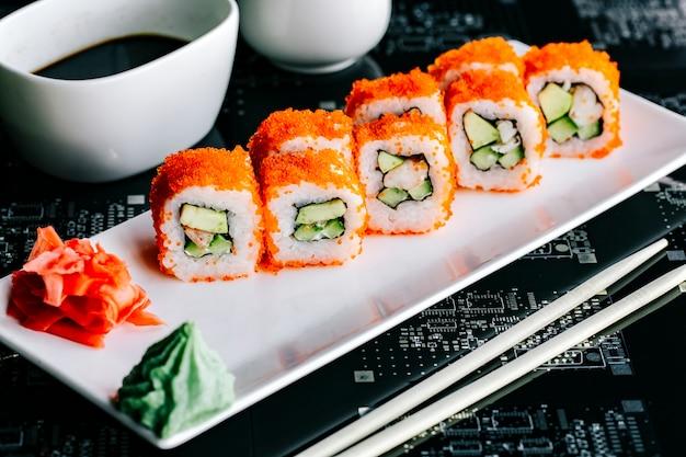 Involtini di sushi con tempura di avocado ricoperti di tobiko rosso Foto Gratuite