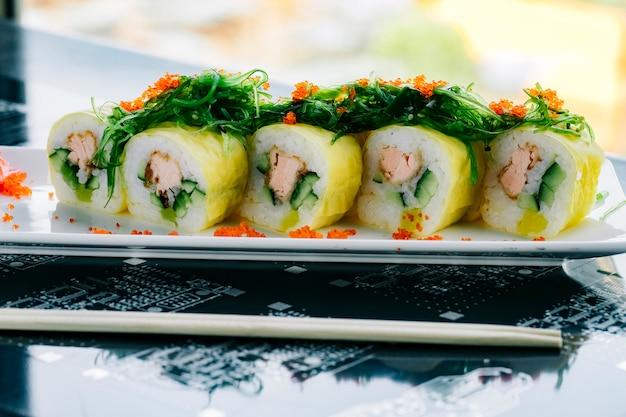 Суши роллы с жареным лососем и огурцом с водорослями Бесплатные Фотографии