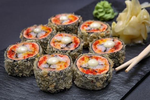 Суши роллы с имбирем и васаби Premium Фотографии