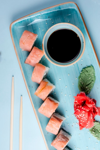 Sushi rolls with salmon in classical set Free Photo