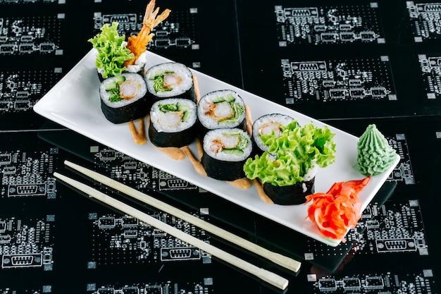 天ぷらきゅうりとレタスの巻き寿司 無料写真