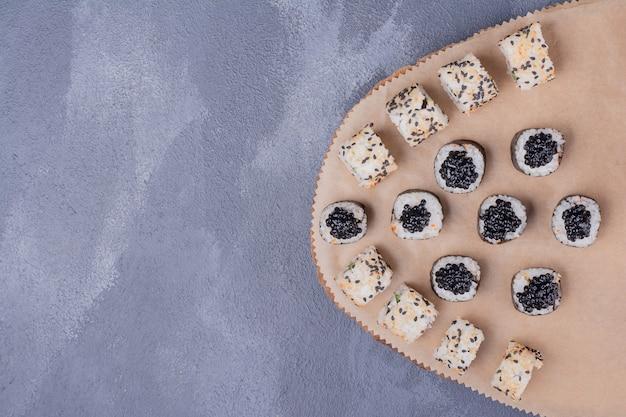 寿司セット。木の板に巻き寿司とアラスカ巻き寿司。 無料写真