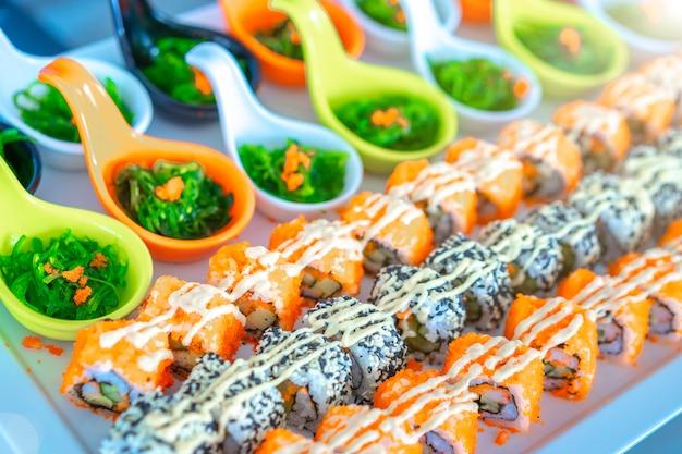 Суши установили на поднос готовый для еды, японской еды. Premium Фотографии