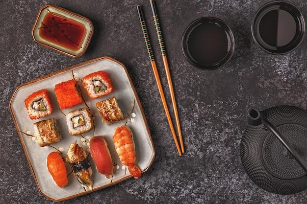 寿司セット:寿司とプレート上の巻き寿司 Premium写真