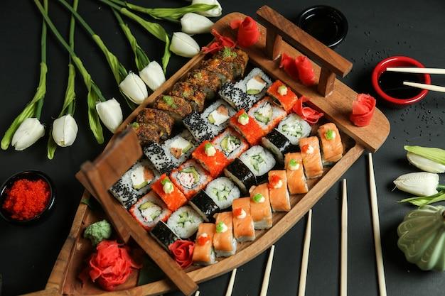 Суши-сет с авокадо, лососем, крабом, семенами кунжута, имбирем и соевым соусом Бесплатные Фотографии