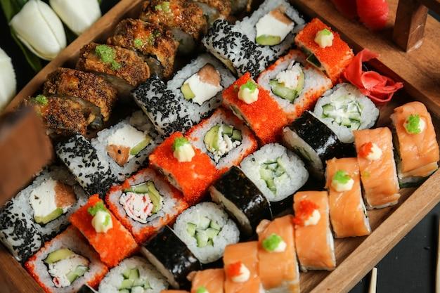 アボカド、サーモン、カニ、ゴマ、生姜、わさび入り寿司 無料写真