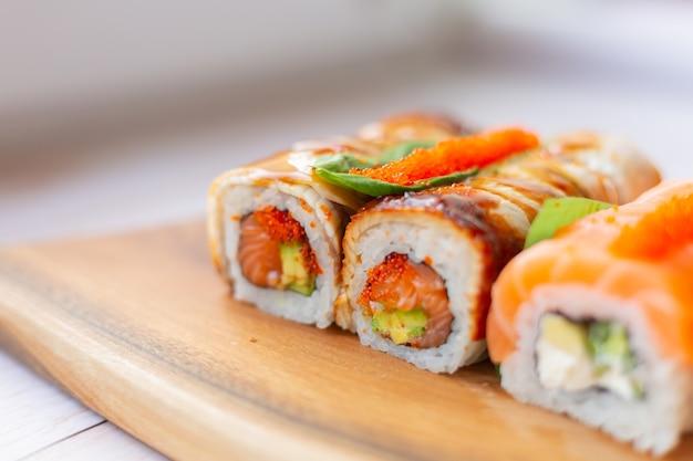 Суши-сет с лососем и угрем Бесплатные Фотографии