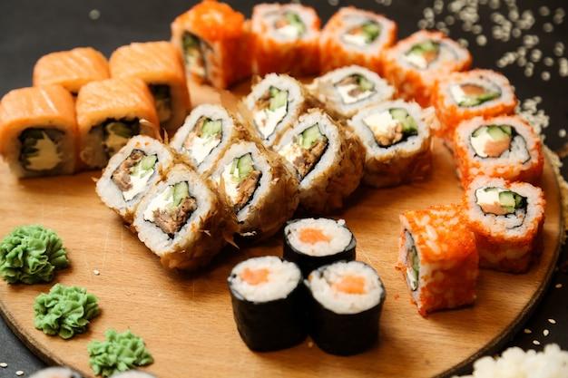 マグロサーモン野菜生姜わさび側面図と寿司セット 無料写真