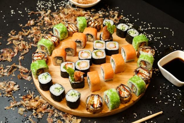 木製の机のクローズアップビューでさまざまな種類の寿司セット寿司 無料写真