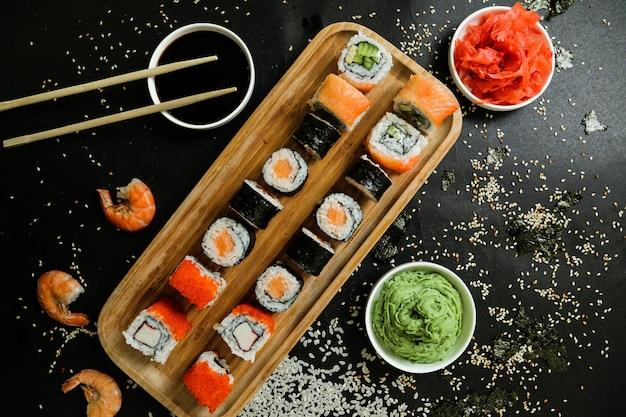 Суши с огурцом, имбирем, васаби, соевым соусом и кунжутом Бесплатные Фотографии