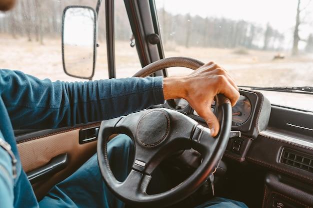 森林歩道道路でsuv車を運転する男 無料写真