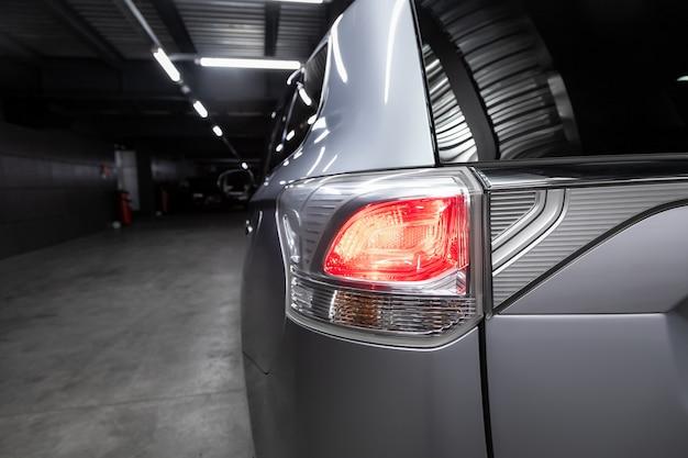 新しいシルバーシティクロスオーバー、車のsuvのヘッドライトのクローズアップの背面図、 Premium写真