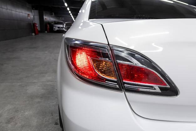 車のsuvのヘッドライト、モダンなリアライト Premium写真