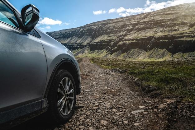 砂利道を走るsuv車。 Premium写真