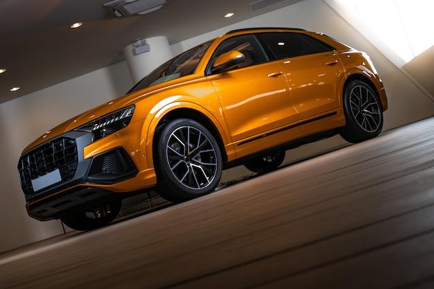 スポーツとモダンなデザインのクローズアップsuv車。 Premium写真