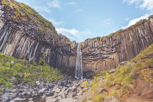 アイスランドのスヴァルティフォス滝 Premium写真