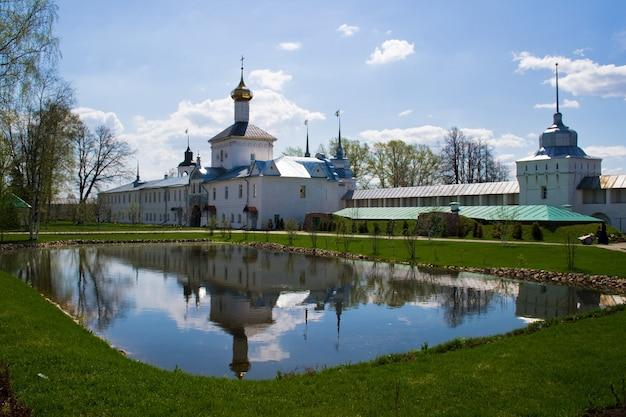 Svyato-vvedensky tolgsky convent, yaroslavl. the golden ring of russia Premium Photo