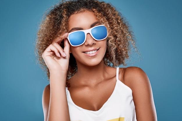 Гламурная модель swag black hipster с вьющимися волосами Premium Фотографии