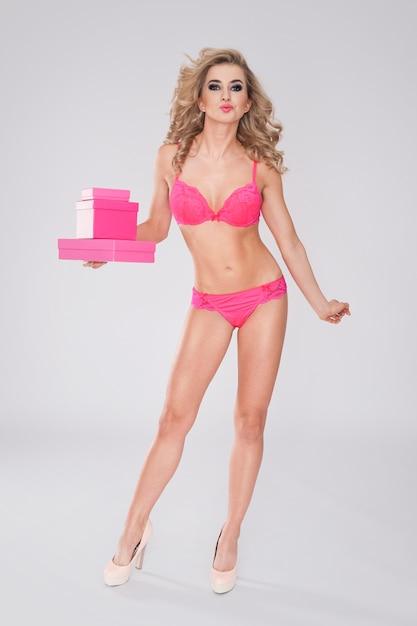 분홍색 선물을 들고 란제리에 달콤하고 섹시한 여자 무료 사진