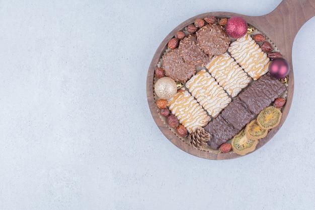 Biscotti dolci e palle di natale su tavola di legno. Foto Gratuite