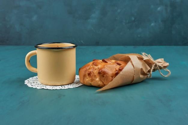 Panino dolce con una tazza di tisana. Foto Gratuite