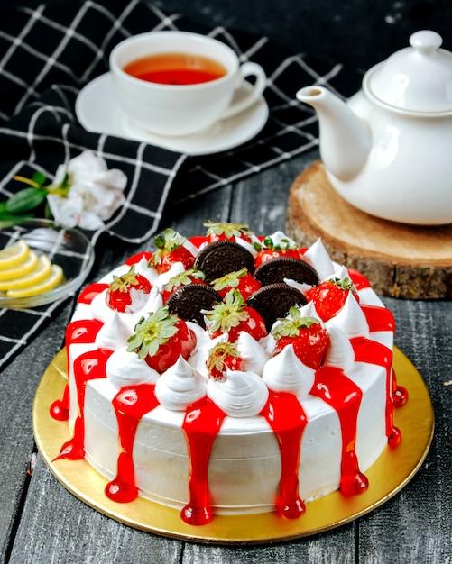Сладкий пирог со сливками орео и клубникой Бесплатные Фотографии