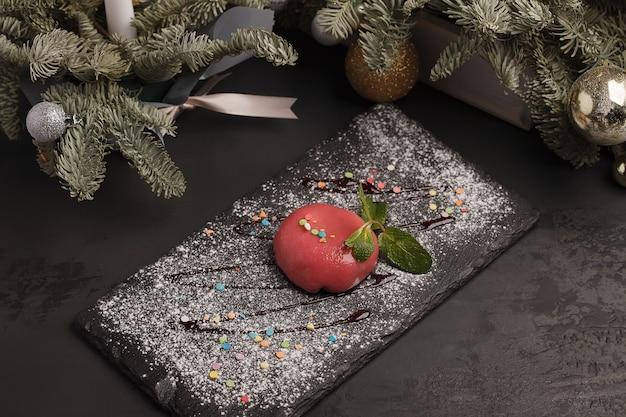 달콤한 케이크. 아이스크림 케이크. 밝은 빨강, 분홍색, 색깔 프리미엄 사진