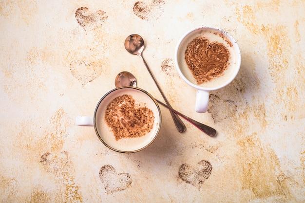 バレンタインデーのためのハートの形の甘いコーヒードリンク Premium写真