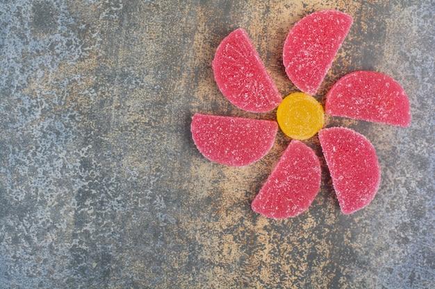 Сладкие красочные желейные конфеты на мраморном фоне Бесплатные Фотографии