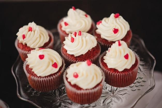 結婚式のキャンディーバーのための甘いカップケーキ Premium写真