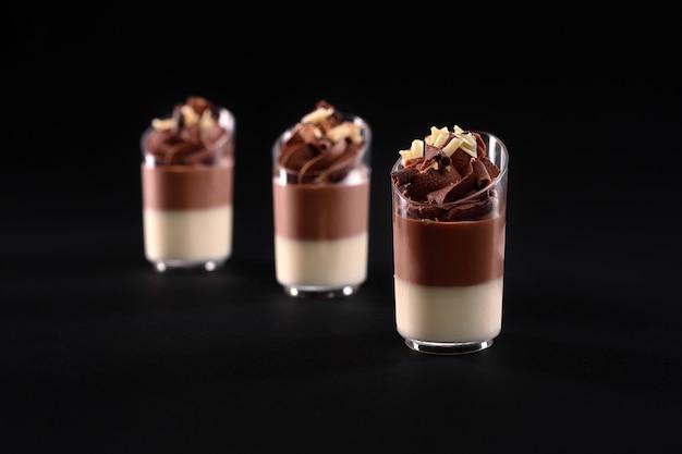 고립 된 휘핑 크림 토핑으로 장식 된 달콤한 맛있는 디저트 프리미엄 사진