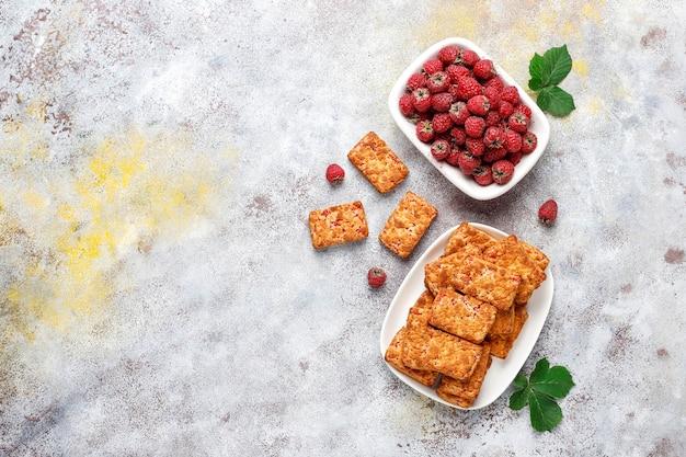 甘いおいしいラズベリージャムクッキー、熟したラズベリー、上面図 無料写真