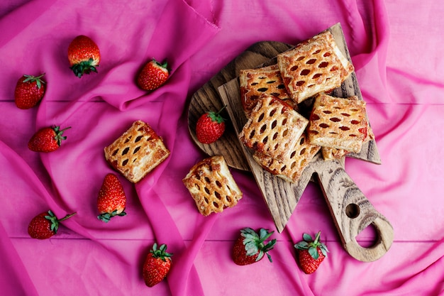 Sweet delicious strawberry cookies with ripe stawberries,top view Free Photo