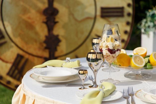 Sweet dessert in big glasses Premium Photo