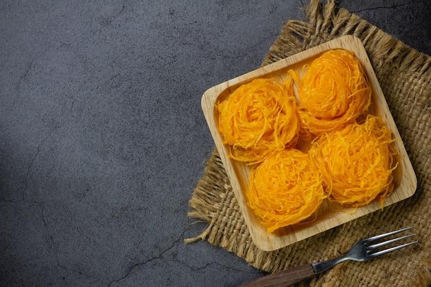 テーブルの上の甘い卵のフロス 無料写真