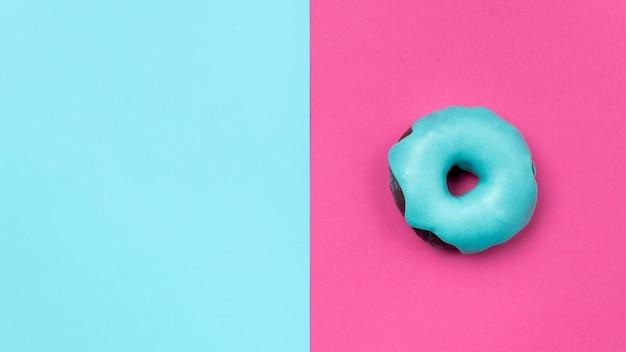 Сладкий глазированный пончик копией пространства Бесплатные Фотографии
