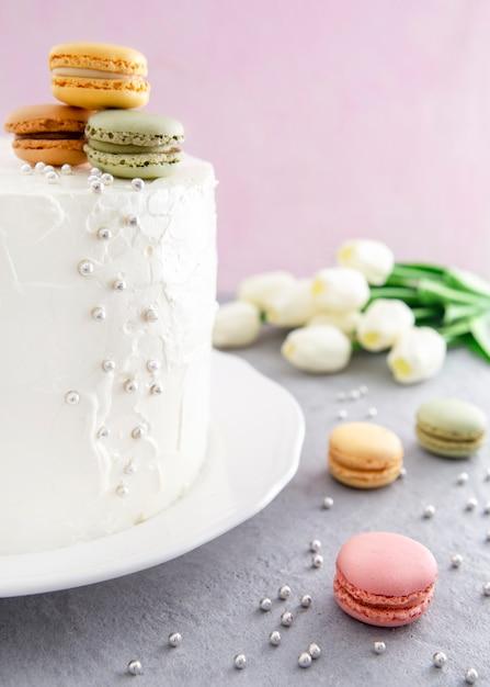 Dolce torta di buon compleanno e macarons colorati Foto Gratuite