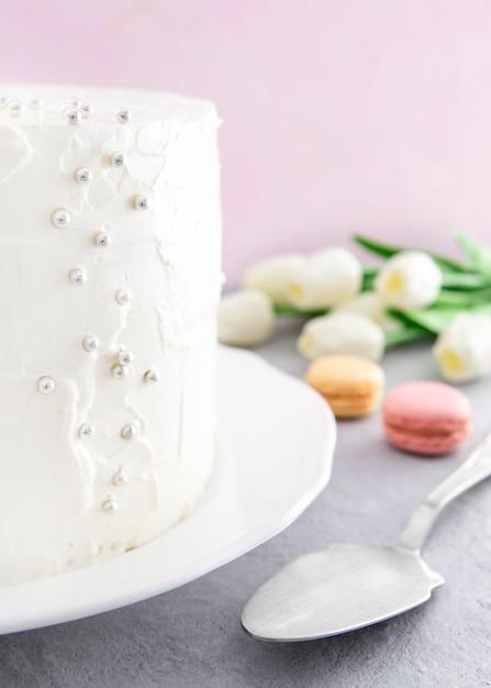Dolce torta di buon compleanno e macarons Foto Gratuite